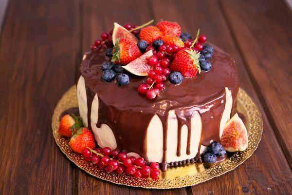 Vanilková torta s jahodovou penou a čokoládou |