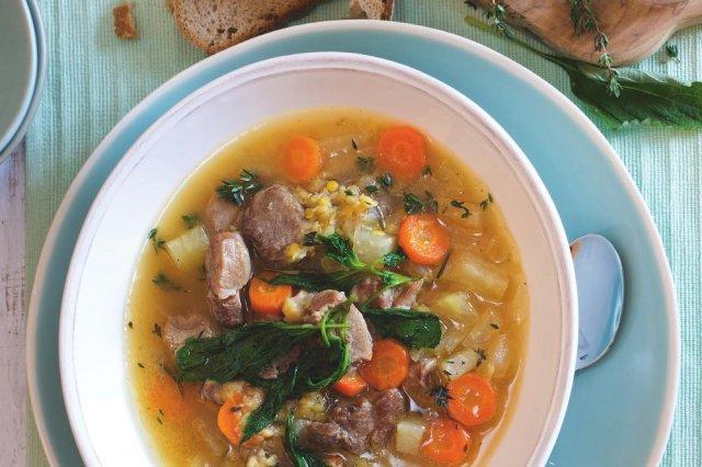 Krůtí polévka s čočkou a kopřivami
