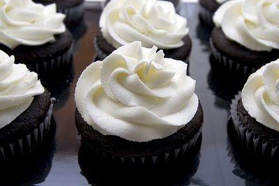 Čokoládové cupcakes s krémom z bielej čokolády |